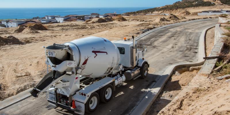Camión con concreto premezclado se dirige a obra.