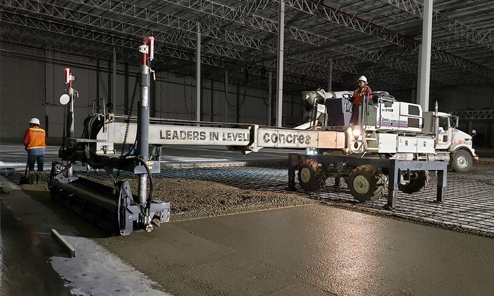 Trabajadores manejando máquina para concreto premezclado